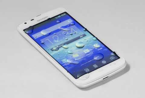 「AQUOS PHONE SH90B」はIPX5/IPX7等級の防水性能があるので、水に濡れても安心