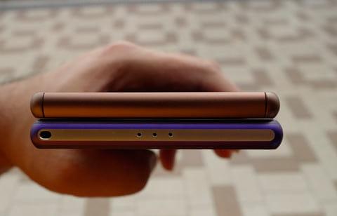 通話マイクの位置が液晶の下部へと移動したため、スッキリとしたデザインになった
