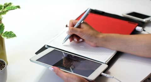 充電しながらスマホやタブレットを使う姿もスマート