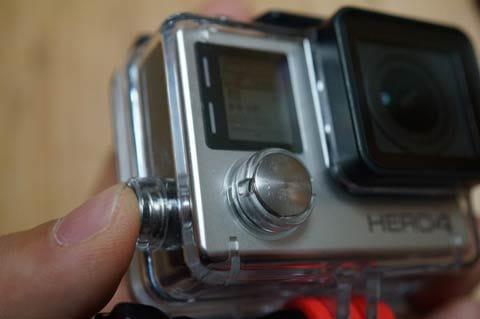 GoPro App:カメラ側は、レンズを自分に向けて左側にあるSettings/Tagボタンを「長押し」で、Wi-FiをONにする