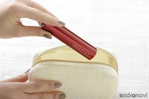 化粧ポーチに入れておけば、口紅を取り出すかのうように自然に充電できる
