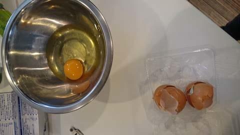 まずは卵を割ります。片手で楽々と割るはたの姿が神々しい