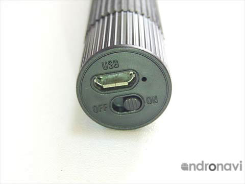 充電ポートと電源ボタン