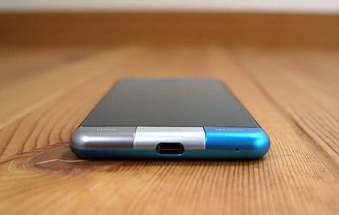 micro USB端子部分。タッチセンサーキーの3色とメタリックブルーの境目となる