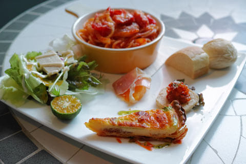 カフェや食堂、沖縄そば屋に居酒屋・バーと飲食店はかなり充実している