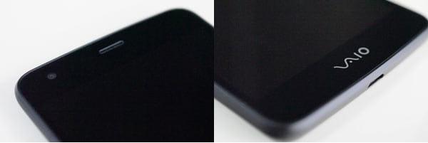 正面上部にインカメラ(左)下部には受話スピーカー(右)