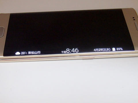 各種情報を表示してくれる「情報ストリーム」はエッジスクリーン上で「スッスッ」すると表示してくれる