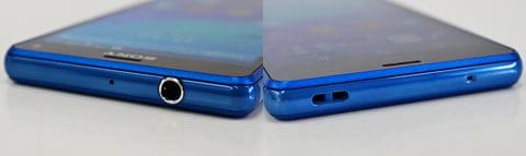 上部にはキャップレスでフタの開け閉めのいらないイヤホンジャック(肥左)底面にストラップホール(右)