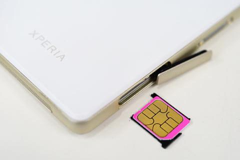 サイドにあるカバーを開いて、SIMトレイを出したらmicroSIMを載せて挿し込む