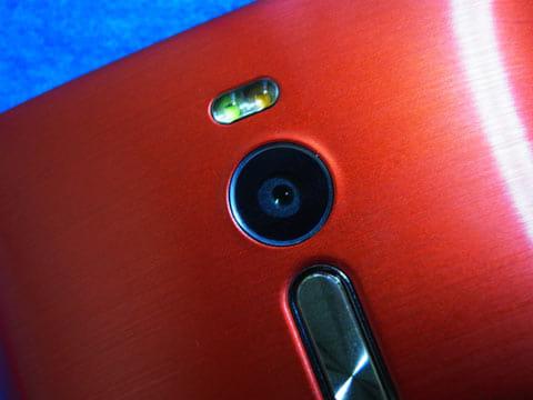 リアカメラにはデュアルLEDのフラッシュが搭載されている