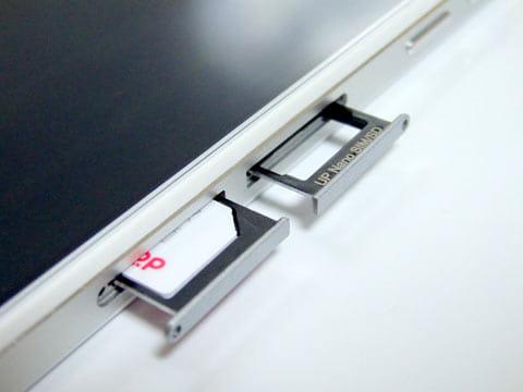 SIMトレイは2つあるが、そのうちひとつ(nanoSIM側)はmicroSDカードスロットも兼ねている