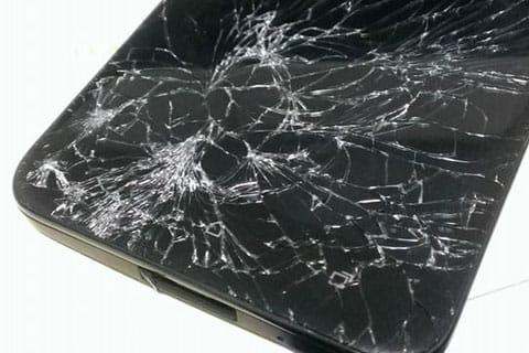 ディスプレイが粉微塵に…下手にさわるとガラスの破片が刺さるので注意