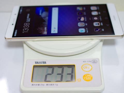 重さは実測で233g。スマホとしてはかなり重い