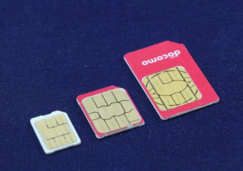 左からnanoSIM、microSIM、通常のSIMカード。最近の端末はほとんどnanoSIMを利用している