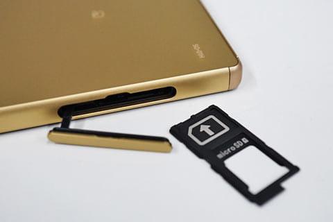 nanoSIMカードとmicroSDカードが収まるトレイ