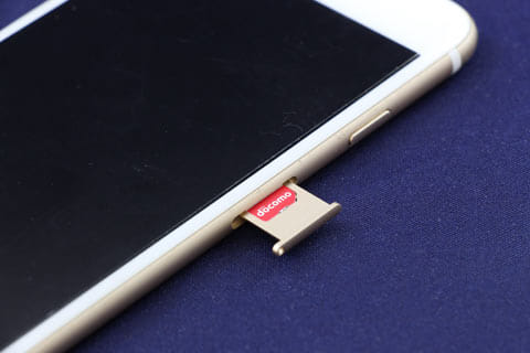 「iPhone6」のSIMカードは、本体右のトレイから挿入できる