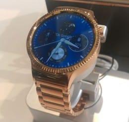 W1 Eliteモデル。市販の腕時計と変わらないデザイン