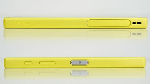 本体左側面にSIMやmicroSDカードトレイ(上)本体側面に電源や音量キー(下)