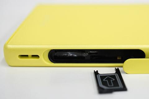 カバーを開けると、nanoSIMカードを入れるトレイ、microSDカードスロットがある