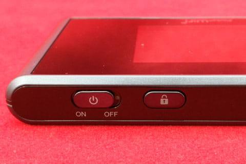 左が電源スイッチで右が画面ONボタン