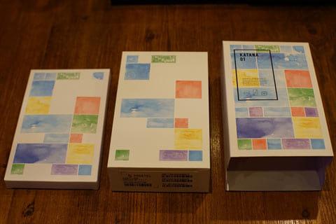 パッケージ(右端)に、二個の箱(左端、中央)が同梱