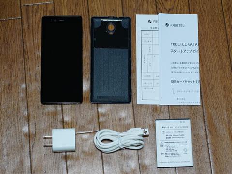 同梱物。本体、バッテリー、USB充電器、USBケーブル、マニュアル、保証書
