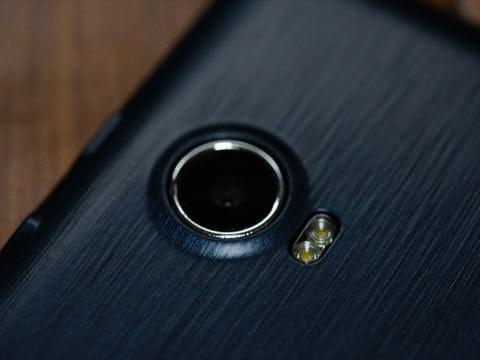 背面カメラは800万画素