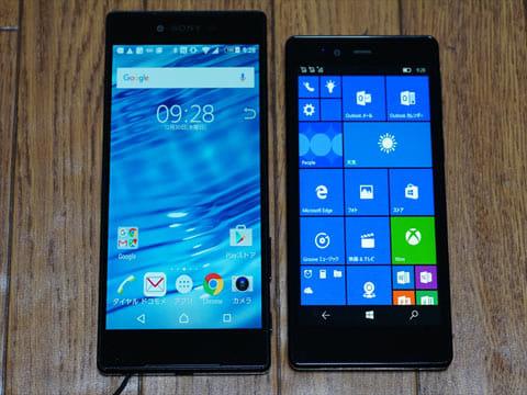 「Xperia Z5 Premium」(左、ディスプレイ約5.5インチ)と「KATANA 02」(右、ディスプレイ5インチ)の比較