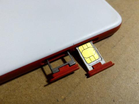 サイドにはSIMとSDカードのスロットが設けられている