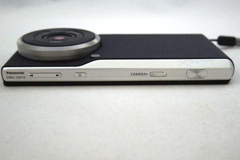カメラ上部(天面):左から「ボリューム」、「スマホの電源」、「カメラの電源」、「シャッター」