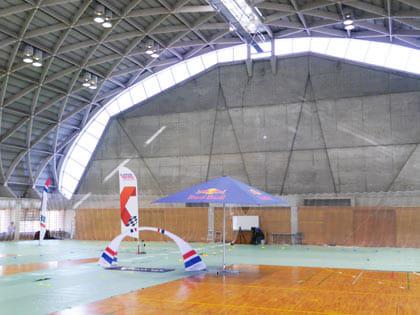 雨天のため、屋内の体育館がレース場になった