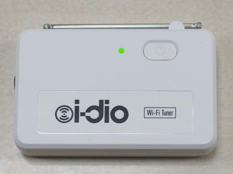 Wi-Fiチューナー(正面)。重さは約70gの小型です。電源ボタンとランプがある