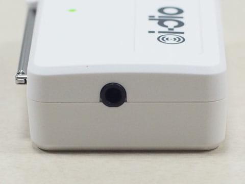 Wi-Fiチューナー(左側面)。ヘッドフォンをアンテナ代わりに利用できるアンテナ口あり。ヘッドフォンとしては利用不可