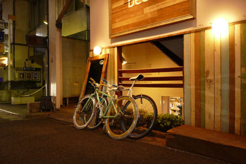 おしゃれな自転車。夜の雰囲気も相まって海外の気配がする:ISO感度1600、絞り2.8、シャッタースピード1/60 (4)