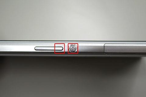電源+上ボタン。ボタンが隣接していると押しにくいので注意