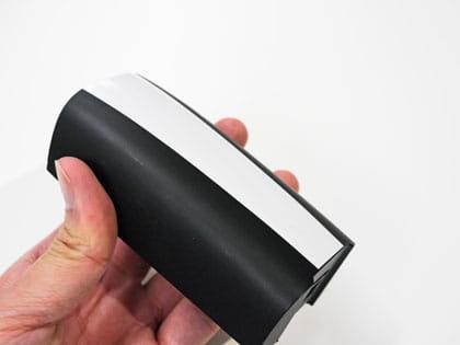 バッテリーサイズは195gと片手で持てる