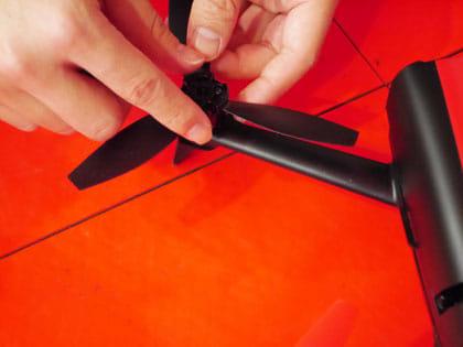 羽をつけて、専用の組み立てツールでキュッと締めるだけ