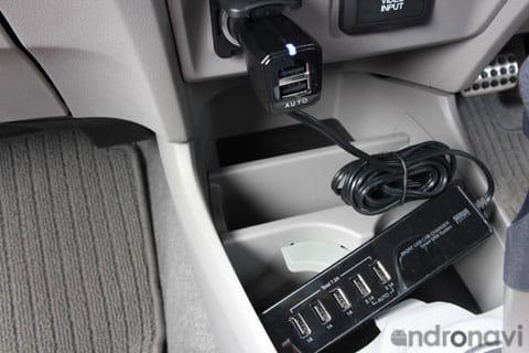 運転席側のシガープラグにも2つの充電口