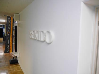 白塗りの壁に「SEKIDO」の文字がたたずむブースに到着
