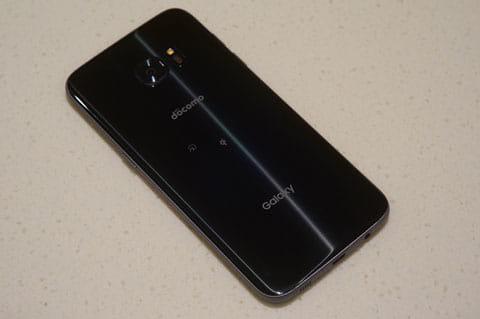 「Galaxy S7 edge」の背面。3600mAhのバッテリーを搭載