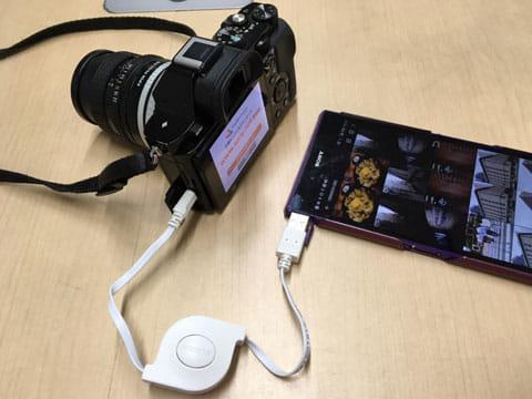 デジタルカメラとスマートフォンをUSBケーブルにて接続