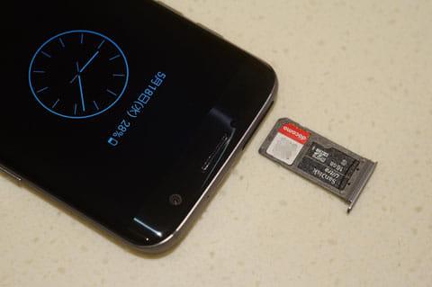 上部。SIMとメモリースロット