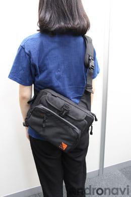 肩からサッとかけられるコンパクトなバッグ