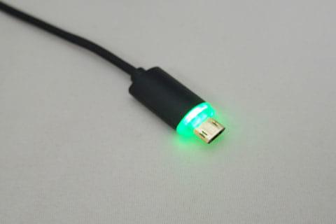通電すると緑色に点灯するスマホ側の端子