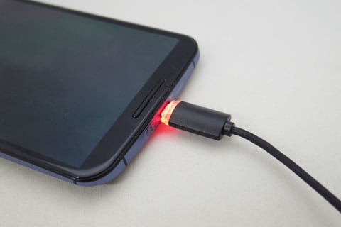 スマホが充電中の場合は赤色に点滅する