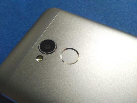 メインカメラの下に設けられた指紋センサー