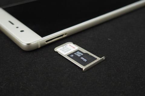 左側面はSIMとSDカードのスロット
