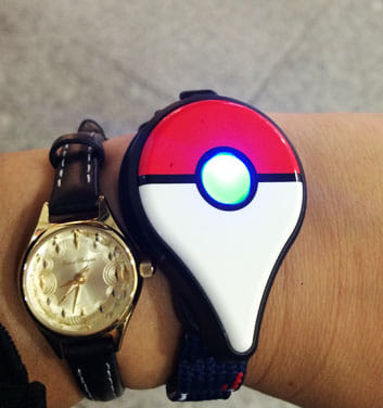 ポケモンGOプラス:女性ものの腕時計と比べると大きい