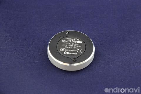 裏面には電池蓋とペアリングボタン