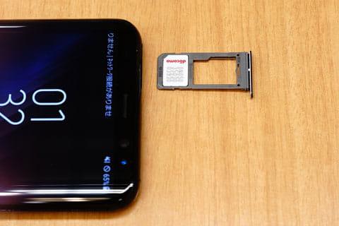 SIMスロットはデュアルSIM仕様(microSDメモリカードと排他仕様)